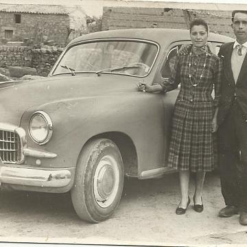 Posado con coche antiguo