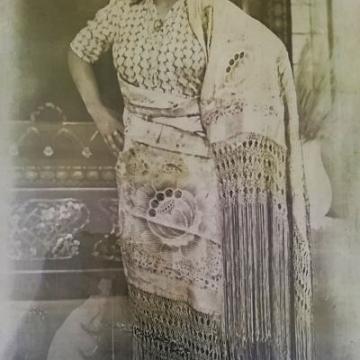 Posado en mantón de Manila
