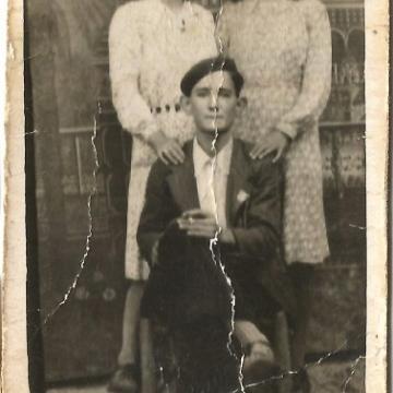 Vidal posando con dos chicas