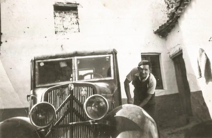 Reparación de carpintería en vehículo de época