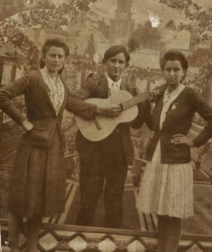 Posado de Vidal con guitarra